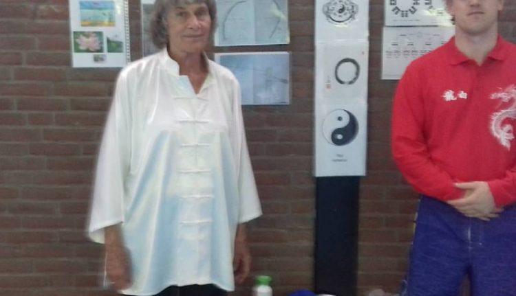Anneke van Alteren en Machiel Gabor Welbergen / Tai Chi les maandag avond 28-5-2017 / uitleg over ondermeer het Bai Long logo en de betekenis van de symbolen in het logo