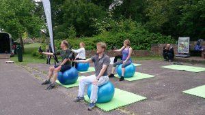 Met de fitnessbal kun je tal van leuke oefeningen met op en naast de bal doen. Van staan tot zittende oefeningen, springen, leunen, zijwaarts, buikig, ruglig etc... Het mooie aan het trainen met de fitnesball is dat je buik- rugspieren, je heupen, maar ook de dieper gelegen spiergroepen worden flink aan het werk gezet. Dit omdat je op een instabiel vlak zit, leunt en de bal goed in balans probeert te houden, waardoor je controle blijft houden bij de uitvoering van de oefeningen.