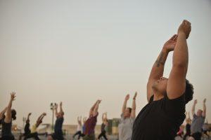 Kortom de oefeningen kunnen door bijna iedereen beoefend worden binnen en buitenshuis en zijn niet plaats gebonden. Door het rustige karakter van de oefeningen zijn de oefeningen laag drempelig en kan bijna iedereen ze beoefenen.
