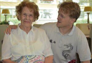 Mevrouw A.A. van der Werff-ten Berge van 95 jaar en Machiel Welbergen in de recreatiezaal.